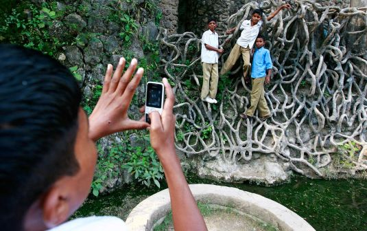 indian-youth-cellphone-rtr-img