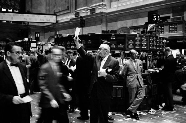 1280px-NY_stock_exchange_traders_floor_LC-U9-10548-6